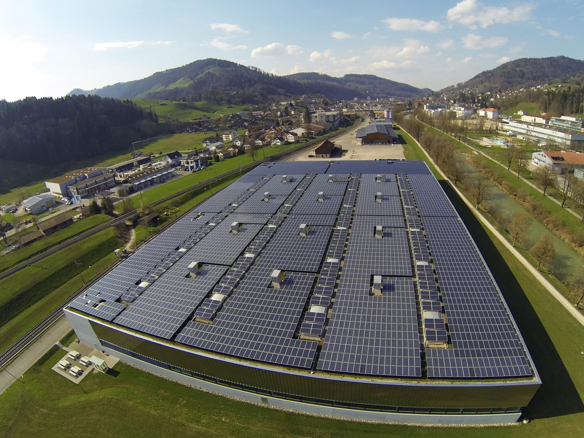 Solaranlage auf dem Dach der Högg AG Produktionstechnik an der Austrasse 25 in Wattwil - Högg AG Produktionstechnik