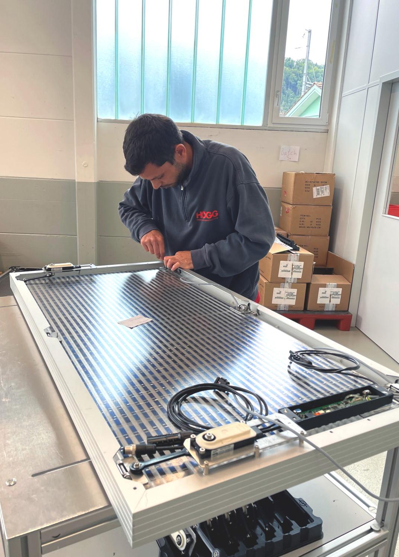 Montage von Baugruppen (Solarpanels) - Högg AG Produktionstechnik